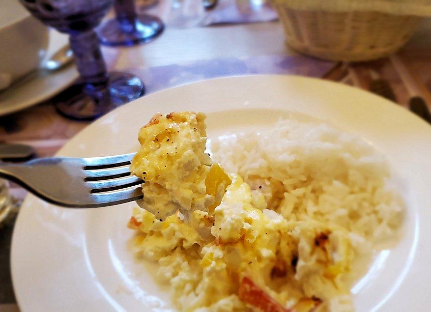 エカテリーナ宮殿近くのレストランで出てきた、鱈の切り身が入った料理を食べる