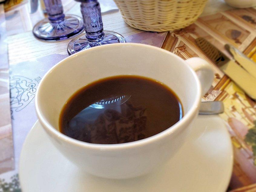 エカテリーナ宮殿近くのレストランで食後のコーヒーを飲む