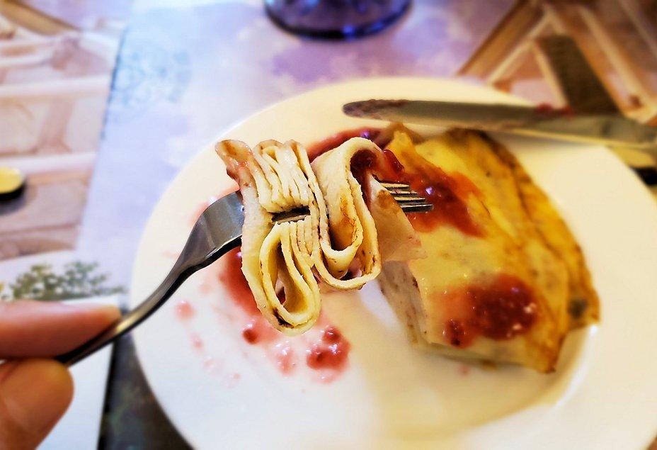 エカテリーナ宮殿近くのレストランで食後のデザートを食べる