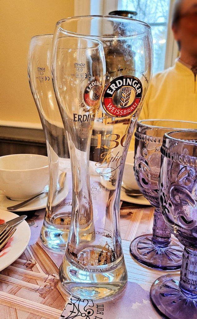 エカテリーナ宮殿近くのレストランで飲み終わったビールのグラス