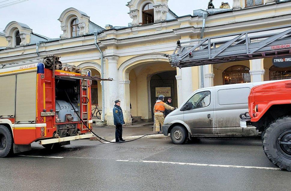 エカテリーナ宮殿近くのレストラン周辺に停まっていた消防車-1