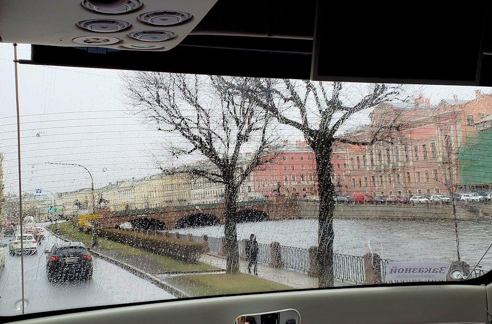 エカテリーナ宮殿からサンクトペテルブルク市内へと向かう