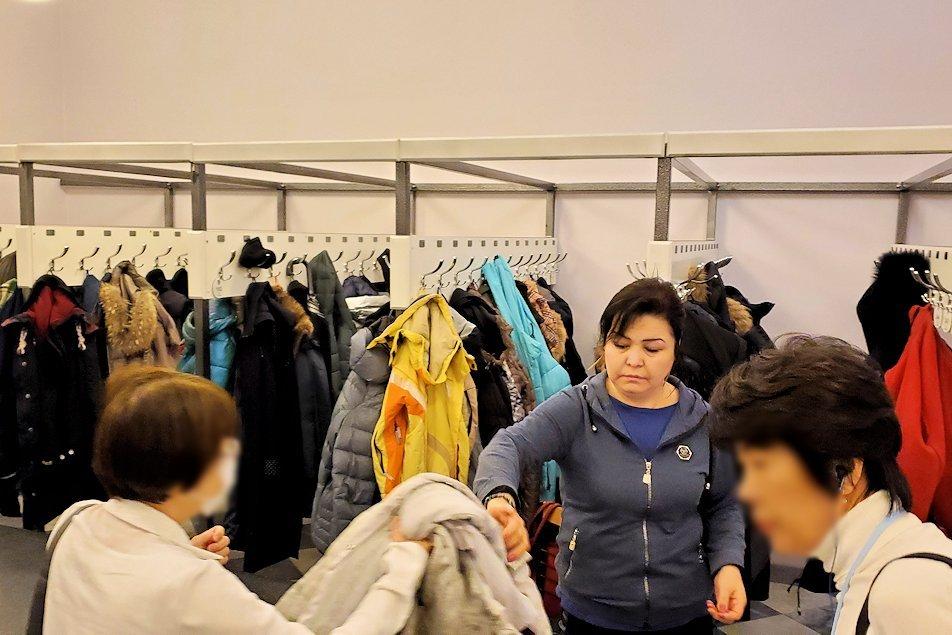 ファベルジェ博物館の入口で上着を預ける