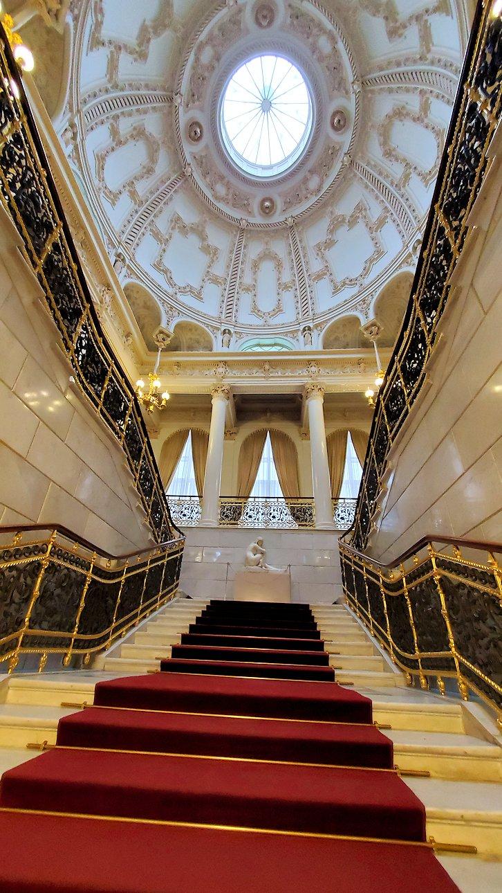 ファベルジェ博物館の入口階段を眺める
