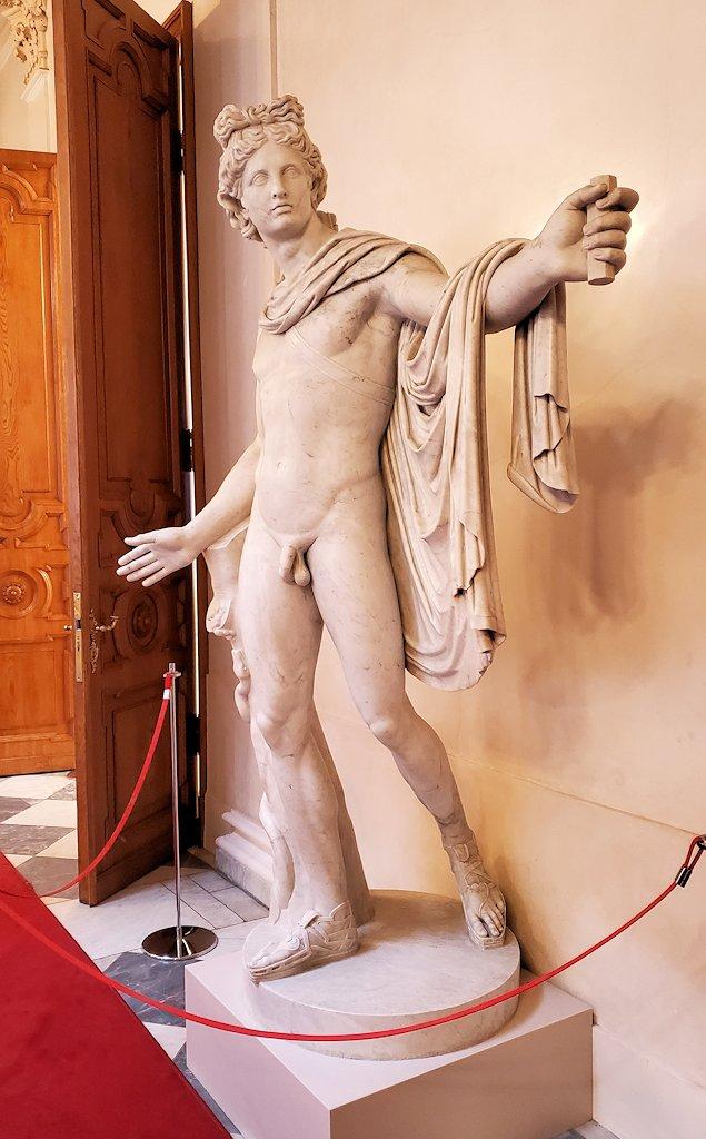 ファベルジェ博物館の入口階段上に置かれていた像