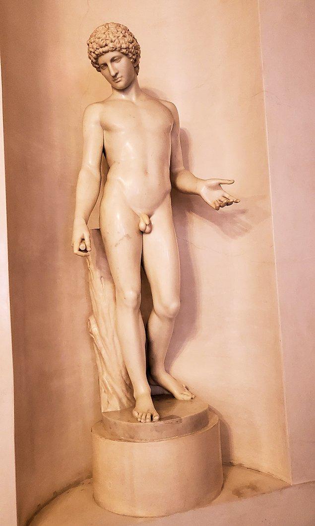 ファベルジェ博物館の入口階段上に置かれていた像-1