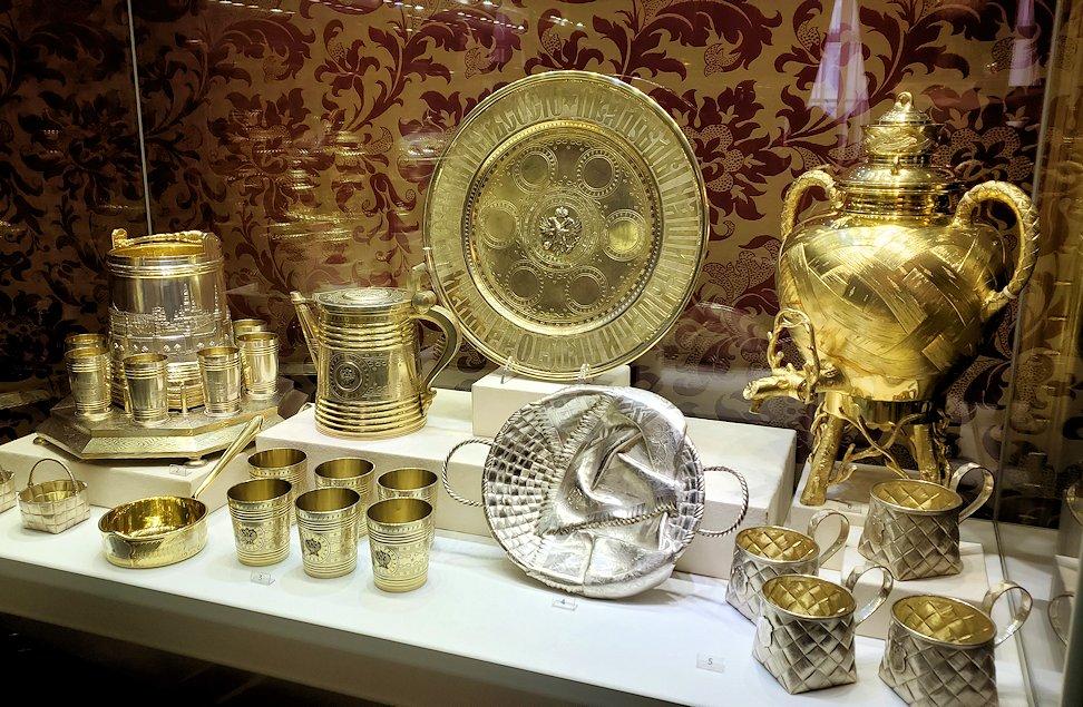 ファベルジェ博物館に置かれていた、豪華な装飾の高級金細工製品の器