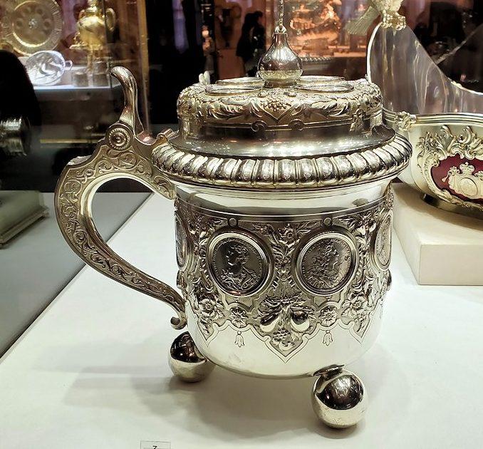 ファベルジェ博物館に置かれていた、豪華な装飾の高級金細工製品の器-1