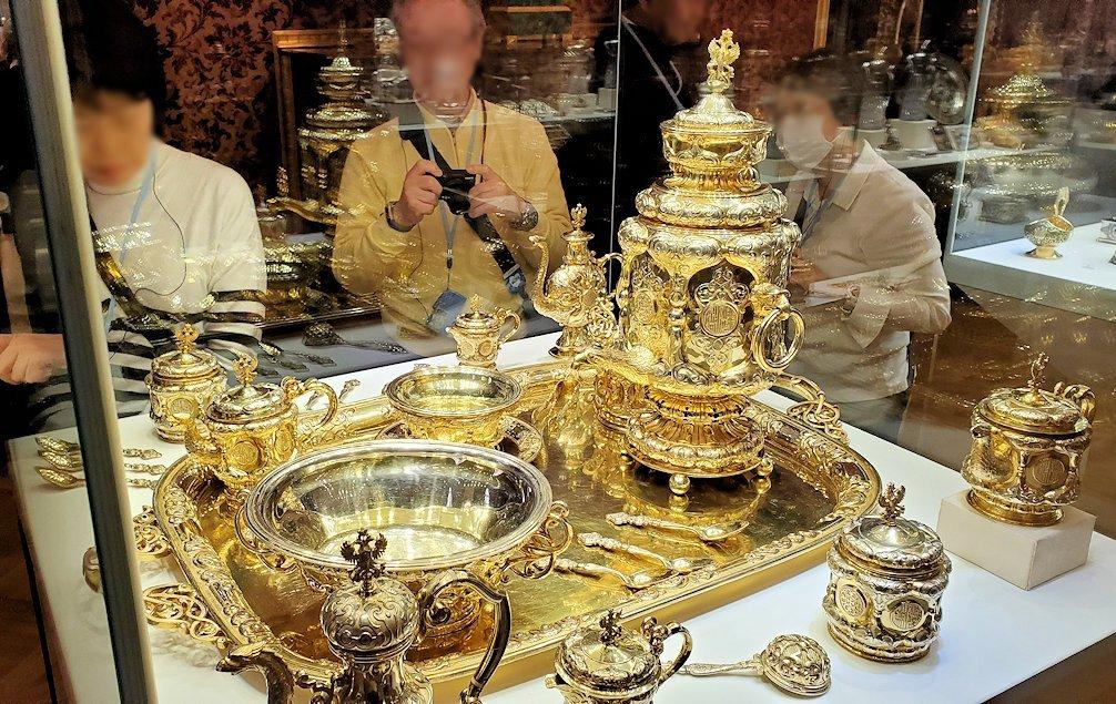 ファベルジェ博物館に置かれていた、豪華な装飾の高級金細工製品の器-2