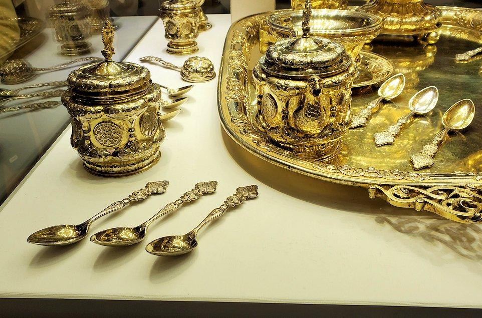ファベルジェ博物館に置かれていた、豪華な装飾の高級金細工製品の器-3