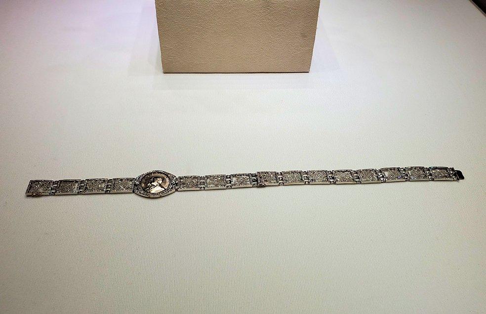 水晶板で出来た、ブレスレット兼ネックレス