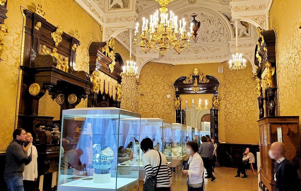 ファーベルジュ博物館の展示を見学する人達