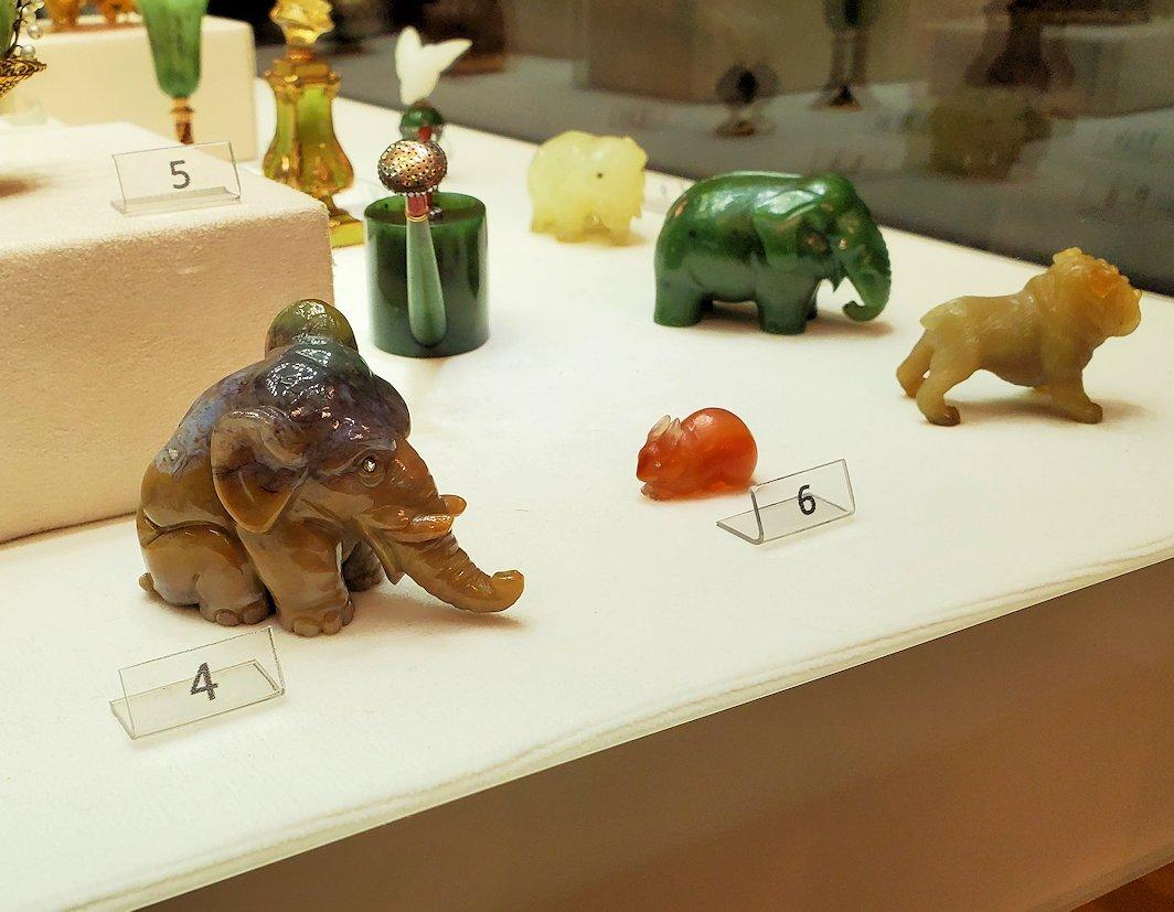 ゾウなどの動物を模った彫刻作品