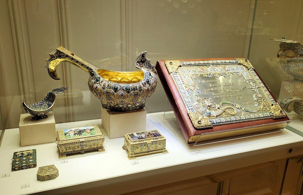 ファーベルジュ博物館内に飾られている、豪華絢爛な品物