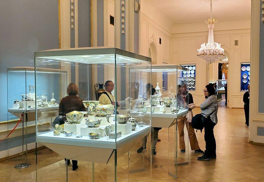 ファベルジェ博物館に展示されている豪華な品々を眺める人達