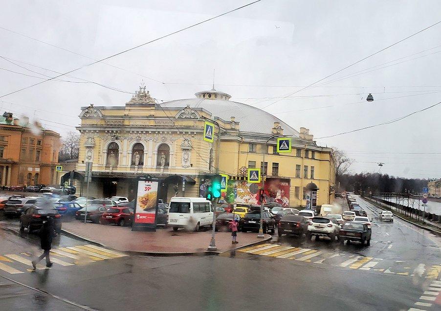 正面に見えるクリーム色の建物は、「ボリショイ・サンクトペテルブルク国立サーカス」(Большо́й Санкт-Петербу́ргский госуда́рственный цирк)で1870年代に創設された国立サーカス