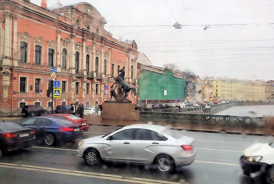 雨降りのサンクトペテルブルク市内を走るバスからの景色