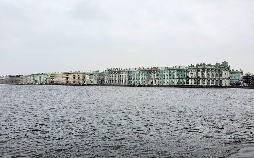サンクトペテルブルク市内にあるネヴァ川の向かいに見える、エルミタージュ美術館
