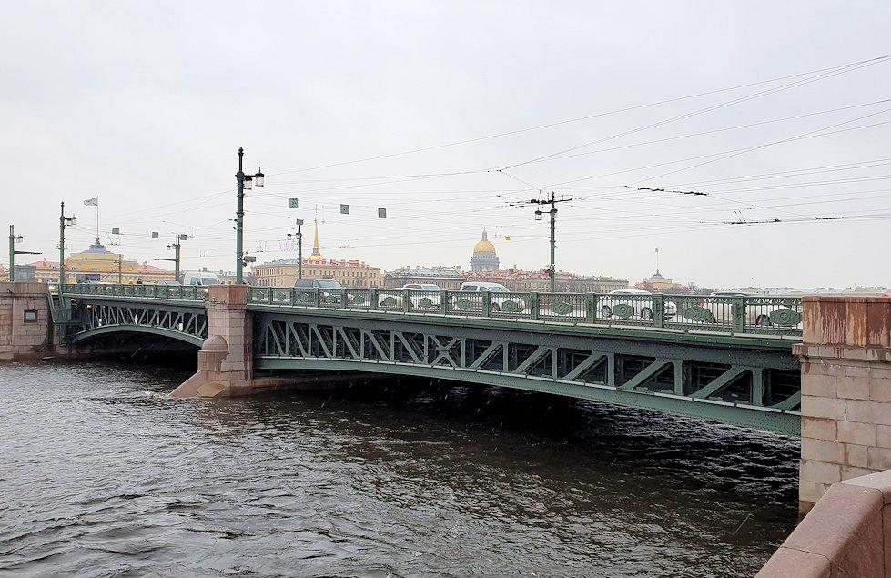 サンクトペテルブルク市内にある「ロストラ柱」周辺を見学