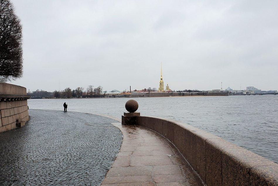 サンクトペテルブルク市内のネヴァ川の奥に見えたペトロパヴロフスク要塞