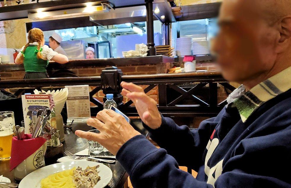 マッシュポテトが添えられたお肉を写真に撮る人達-1