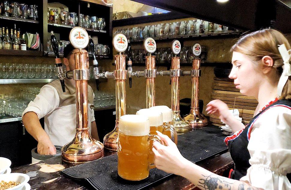 サンクトペテルブルク市内の【スタルゴロド】でビールを運ぶウエイトレスさん