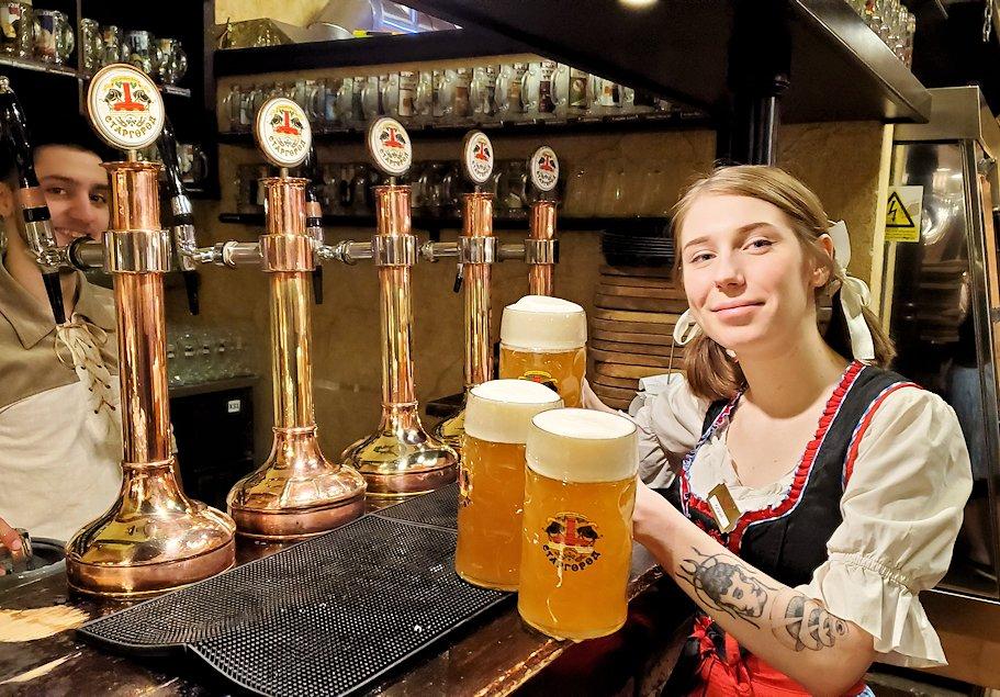 サンクトペテルブルク市内の【スタルゴロド】でビールを運ぶウエイトレスさん-1