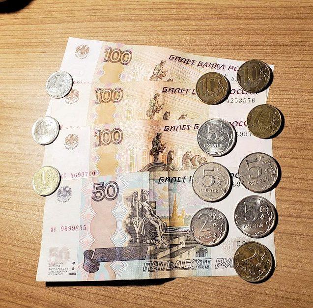 残金の約400ロシアルーブルのお金