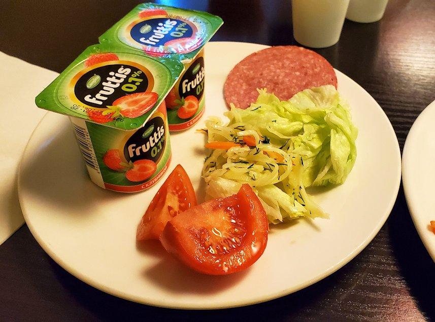 サンクトペテルブルクのホリデーインで朝食を食べる