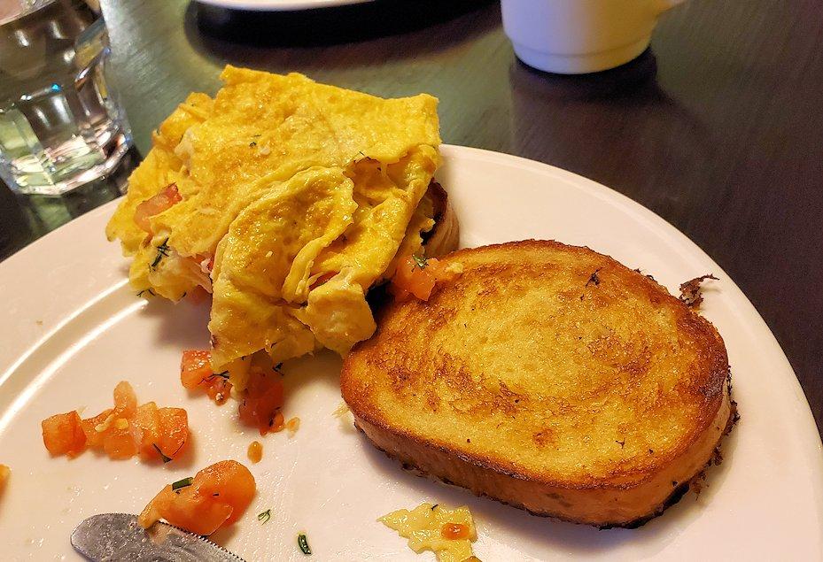 サンクトペテルブルクのホリデーインで朝食を食べる-1
