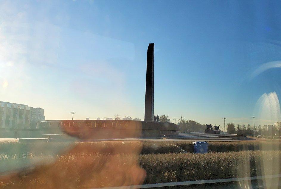 サンクトペテルブルクのホリデーインから空港へ向かう途中に見えた、戦争記念碑