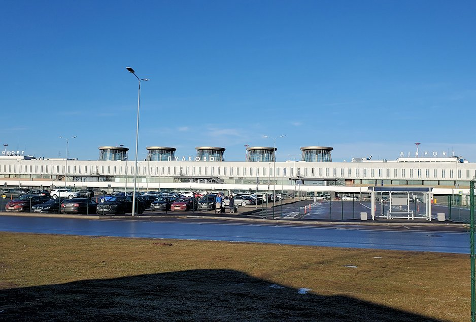 サンクトペテルブルクのホリデーインからプルコヴォ空港に到着