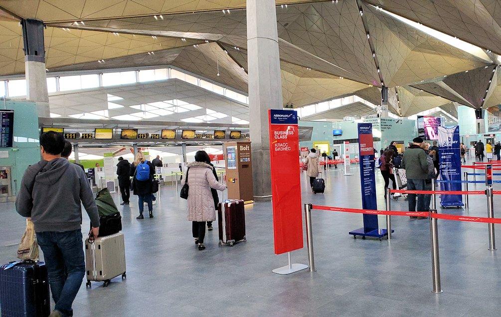 サンクトペテルブルクのプルコヴォ空港でチェックインカウンターに向かう