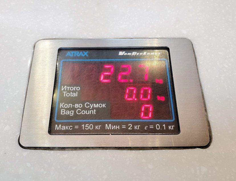 サンクトペテルブルクのプルコヴォ空港でチェックインカウンターで測った荷物の重量