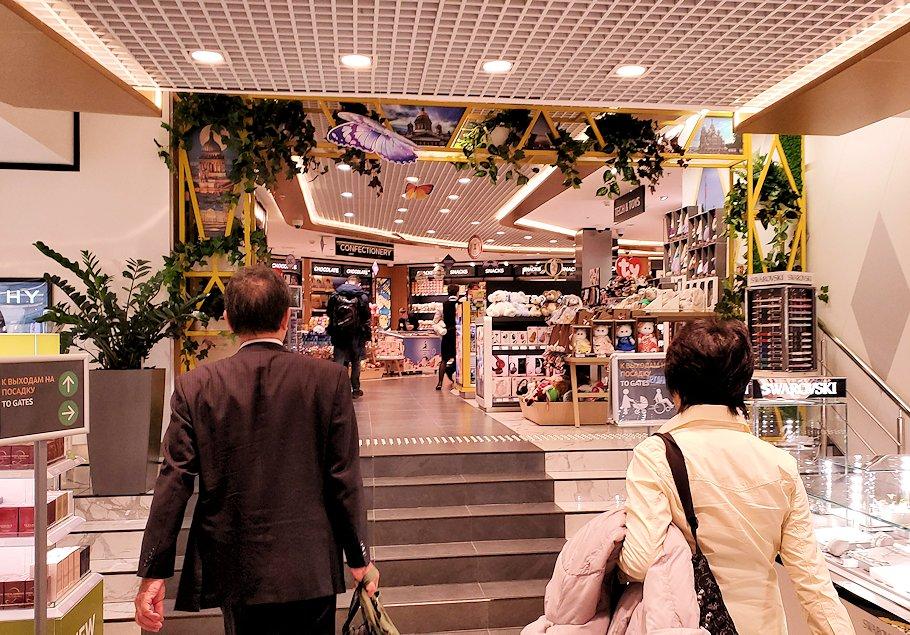 プルコヴォ空港内を進む-3
