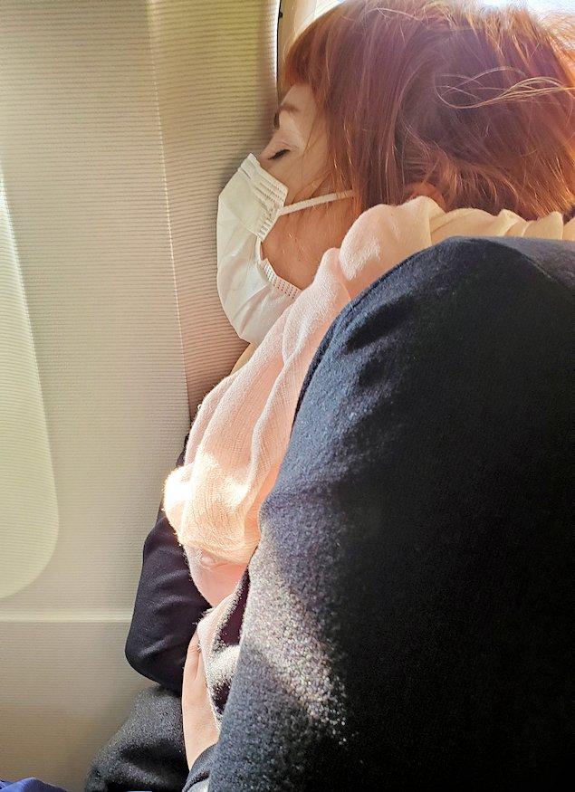モスクワへ向かう機内の中で爆睡する、隣のお姉さん