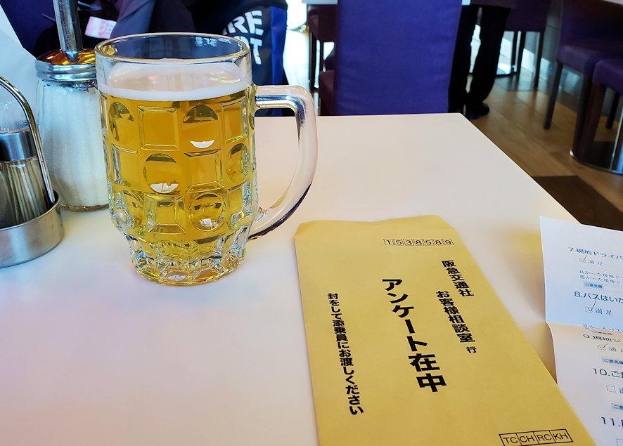 モスクワのドモジェドボ国際空港内でビールを飲む