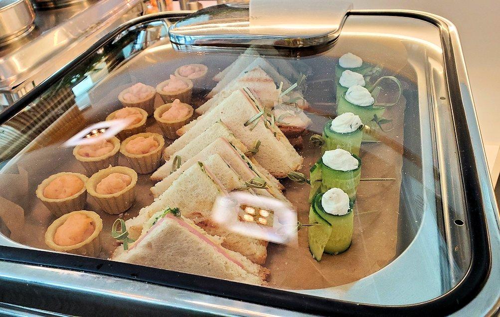 モスクワのドモジェドボ国際空港内でラウンジで軽食を取る