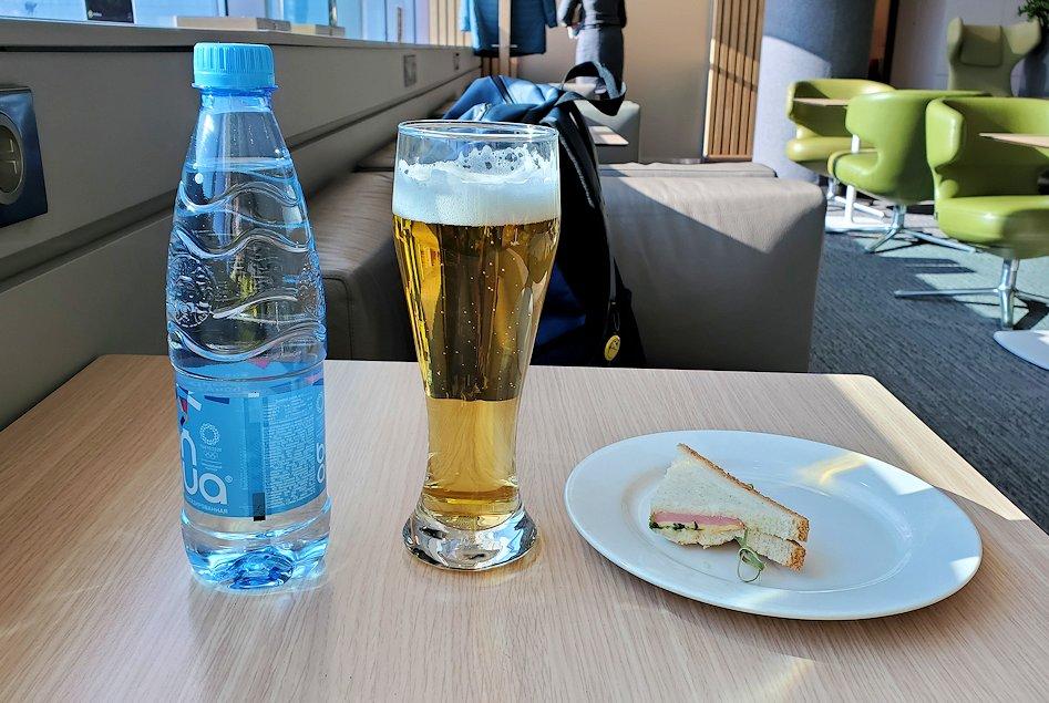 モスクワのドモジェドボ国際空港内でラウンジで休憩する