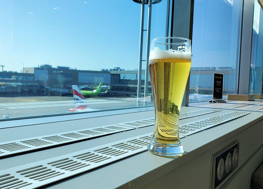 モスクワのドモジェドボ国際空港内でラウンジで休憩する-1