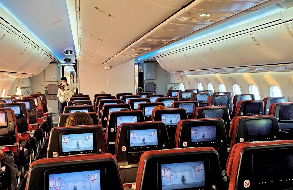 モスクワから成田へ飛ぶ、JALの飛行機内
