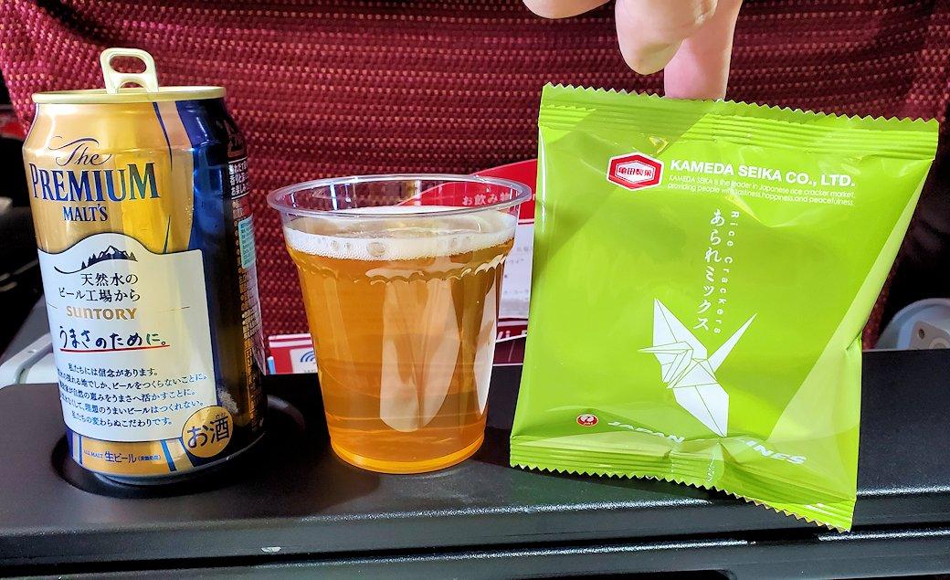 モスクワから成田へ飛ぶ、JALの飛行機内で出てきたおつまみとビール