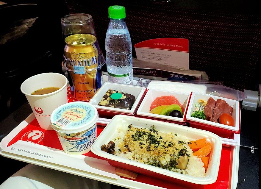モスクワから成田へ飛ぶ、JALの飛行機内で出てきた機内食
