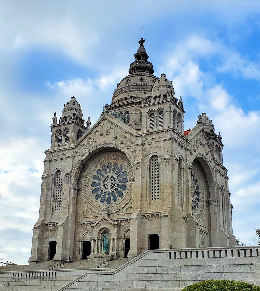 ポルトガルのヴィアナ・ド・カストロという街にある、高台に造られたサンタルジア教会の写真