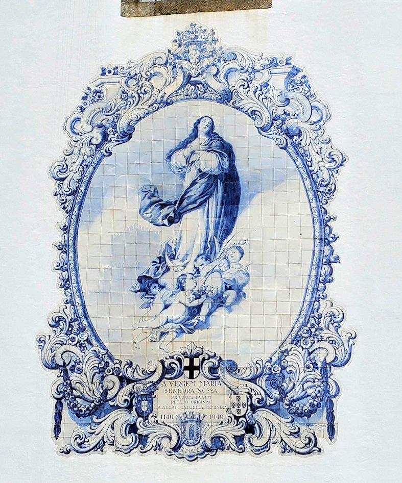 ポルトギマランイスの街にある修道院の壁に描かれていた、聖母マリアのアズレージョ