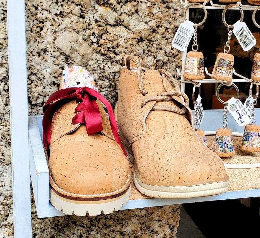 ポルトガル、ギマランイスの旧市街で売られていた、コルク製の靴の写真