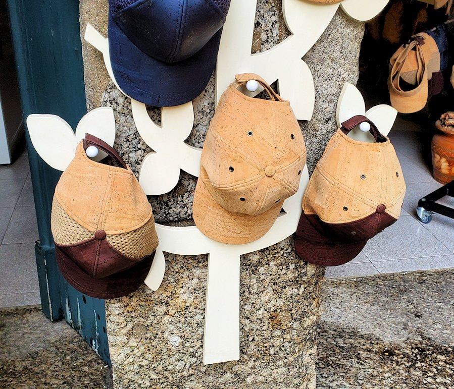 ポルトガル、ギマランイスの旧市街で売られていた、コルク製の帽子の写真