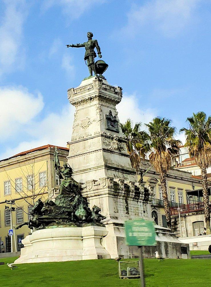"""ポルトの街の中心部に設置されている、ポルトガル大航海時代の英雄でもある""""エンリケ航海王子""""の像"""