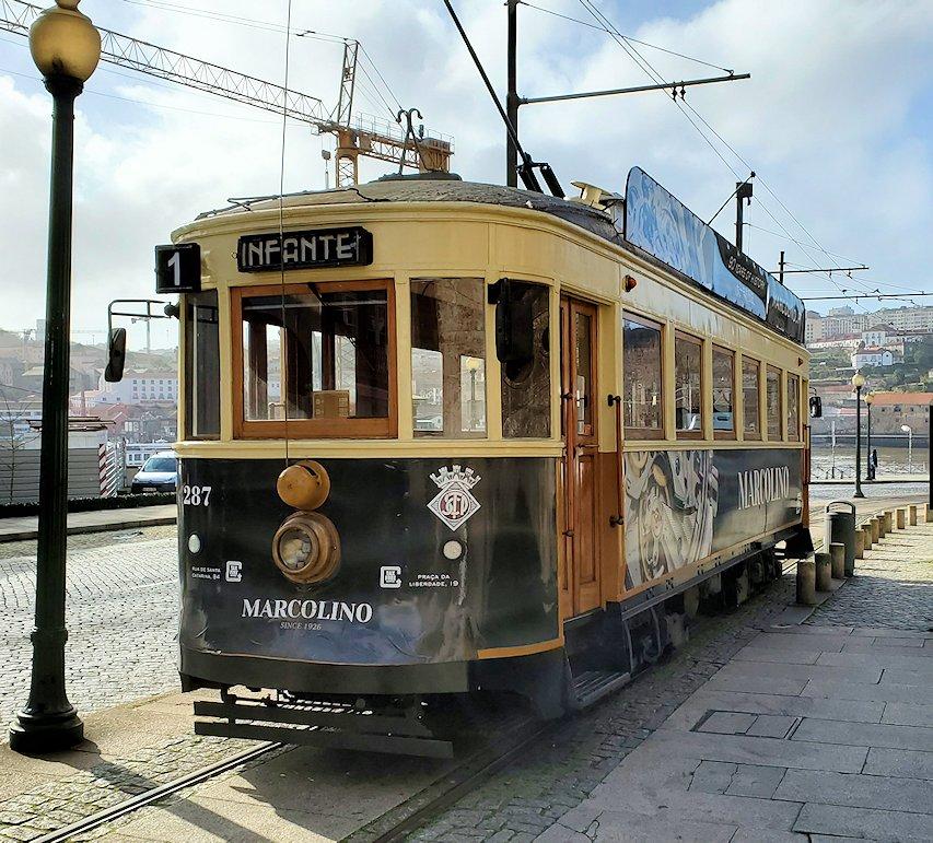 ポルトの街を走る路面電車のインファンテ路線の電車
