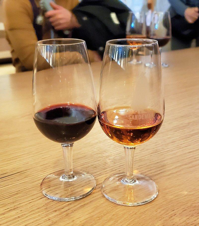 ポルトの街にある老舗ポートワイン・メーカーの「SANDEMAN(サンデマン)」で、見学の最後にお楽しみのワイン試飲